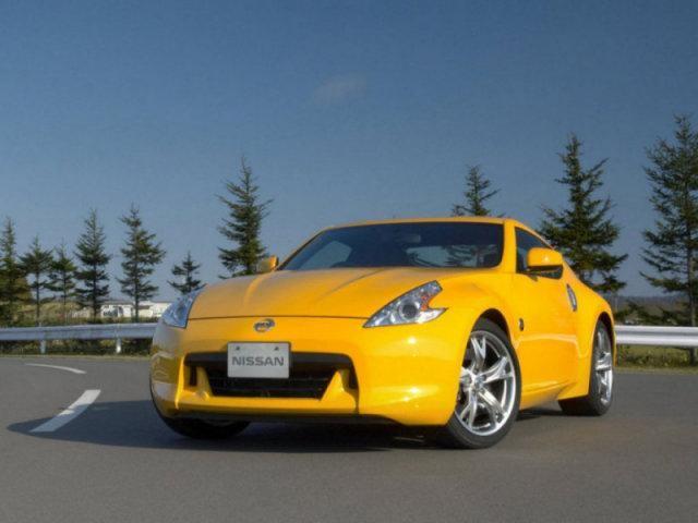 Желтый Nissan Fairlady: вид спереди слева