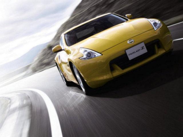 Желтый Nissan Fairlady на трассе