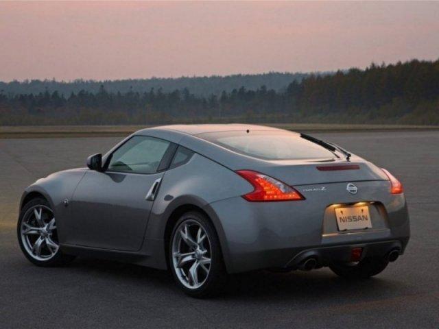 Серый Nissan Fairlady: вид сзади слева