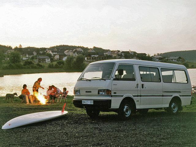 Белая Mazda E2000 на озере