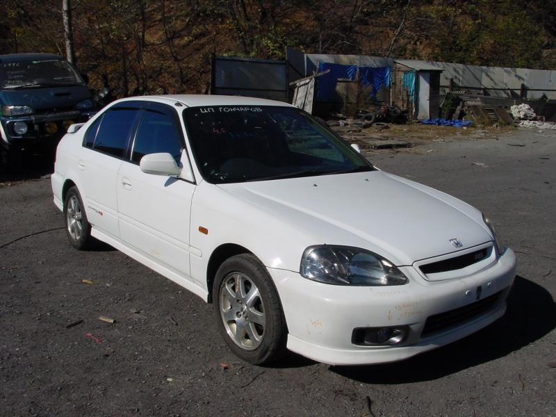 Белый Honda Civic Ferio вид спереди