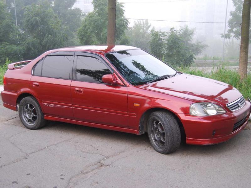 Красный Honda Civic Ferio вид сбоку