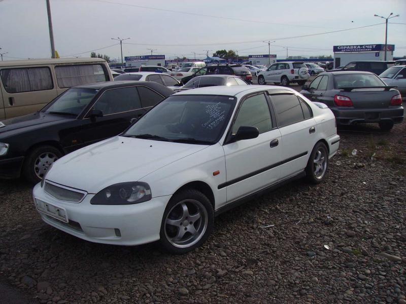 Белый Honda Civic Ferio, вид спереди