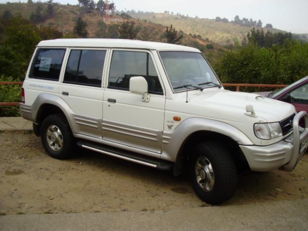 Белый Hyundai Galloper вид сбоку