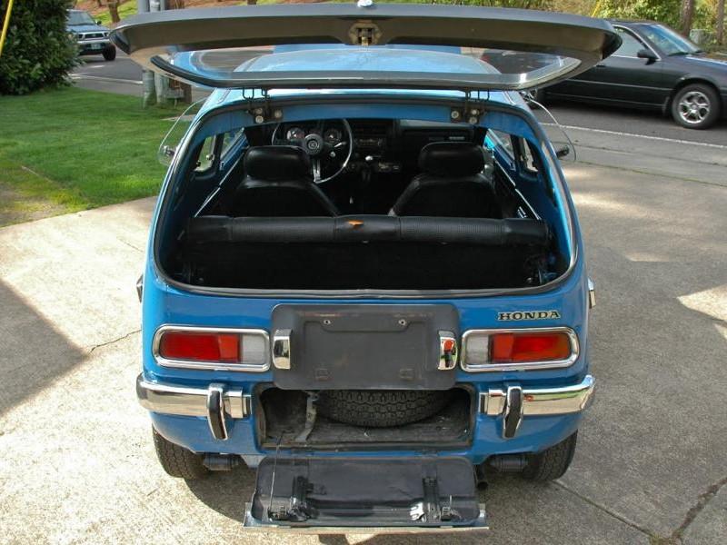 Синий хэтчбек Honda Z, вид сзади