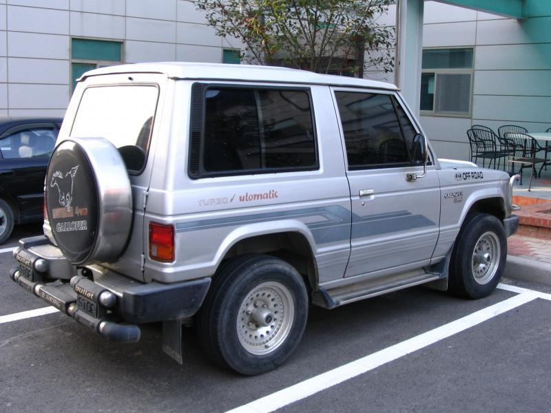Серебристый Hyundai Galloper, вид сбоку