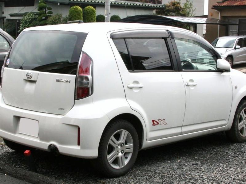 Белый Daihatsu Boon, вид сбоку