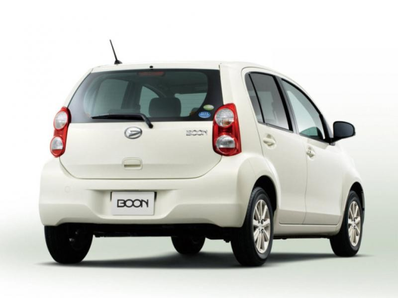 Белый Daihatsu Boon вид сзади