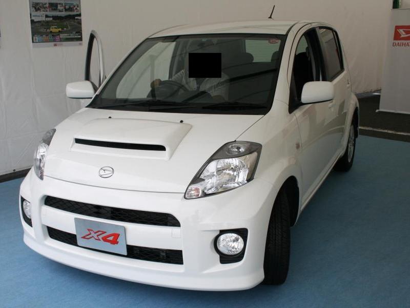 Белый Daihatsu Boon вид спереди
