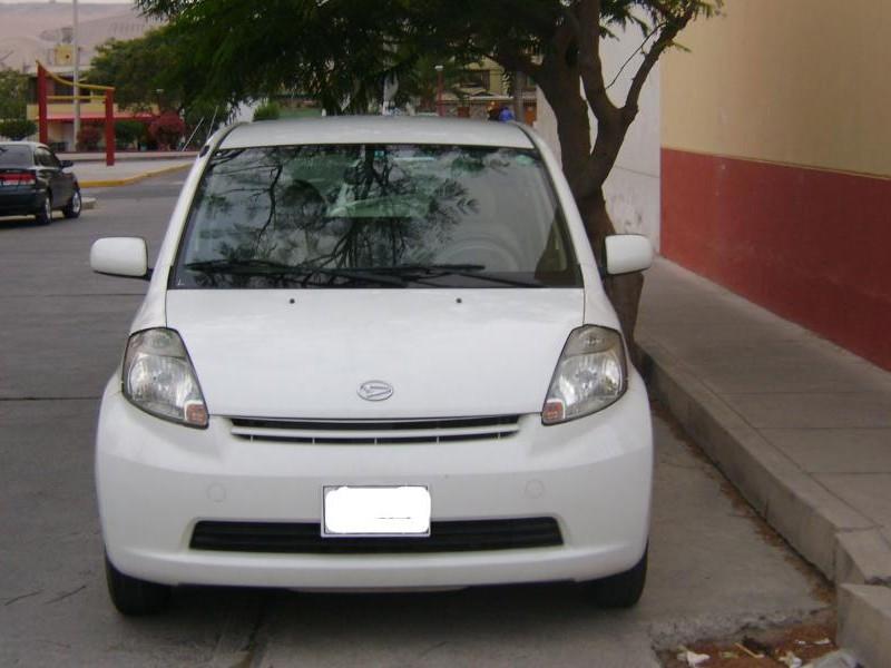 Белый Daihatsu Boon, вид спереди
