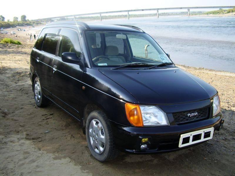 Черный Daihatsu Pyzar вид спереди