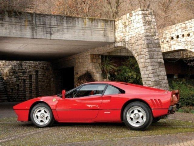 Ferrari 288 GTO красного цвета: вид с левого бока