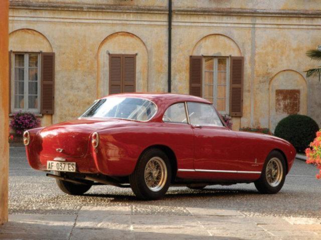 Вишневый Ferrari 212 Inter: вид сзади справа
