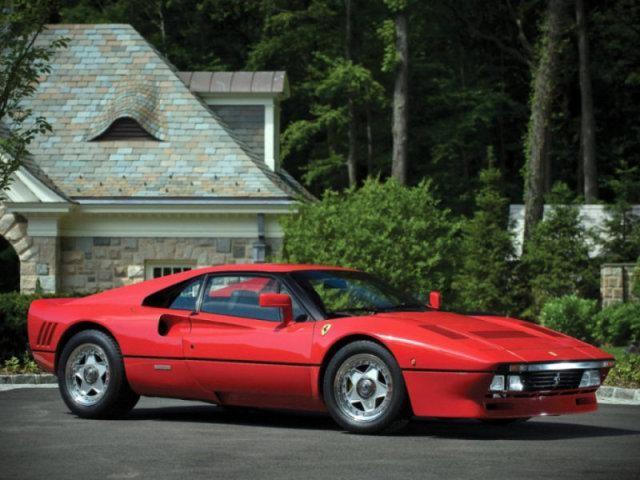 Красный Ferrari 288 GTO: вид с правого бока