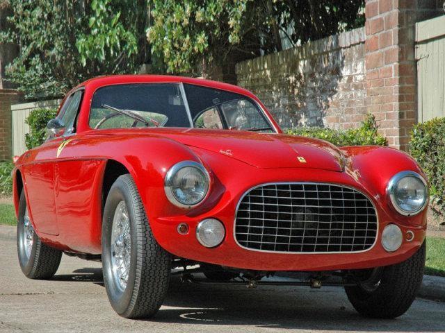 Красный Ferrari 212 Inter: вид спереди справа