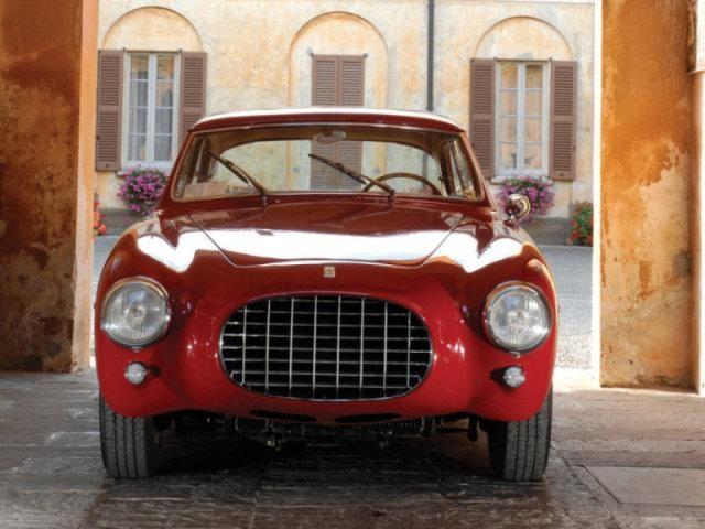 Вишневый Ferrari 212 Inter: вид спереди