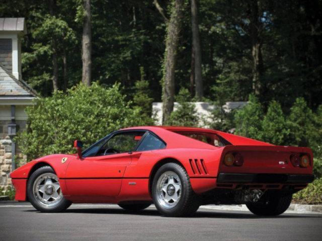 Красный Ferrari 288 GTO: вид сзади слева