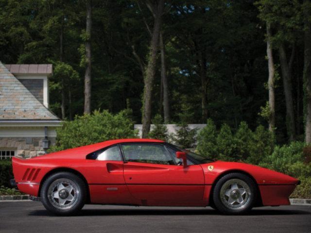 Ferrari 288 GTO красного цвета: вид с правого бока