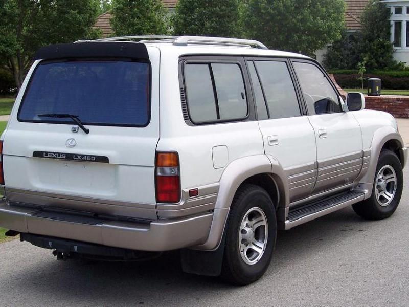 Белый Lexus LX450 вид сзади
