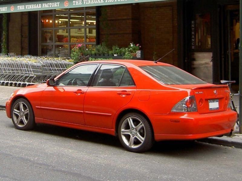 Красный Lexus IS200 вид сбоку