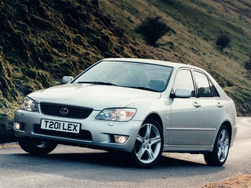 Серебристый Lexus IS200 вид спереди