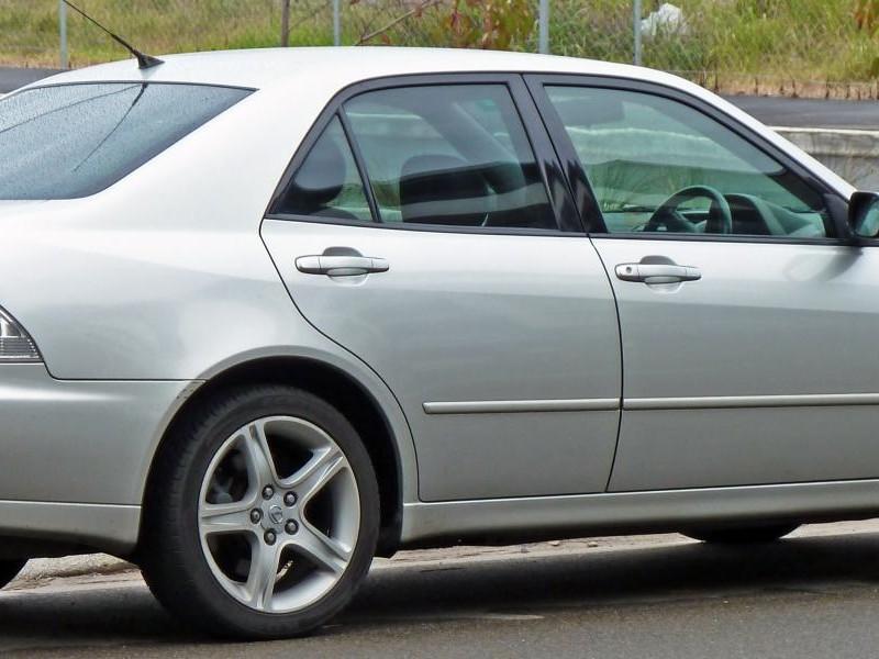 Серебристый седан Lexus IS200 вид сбоку