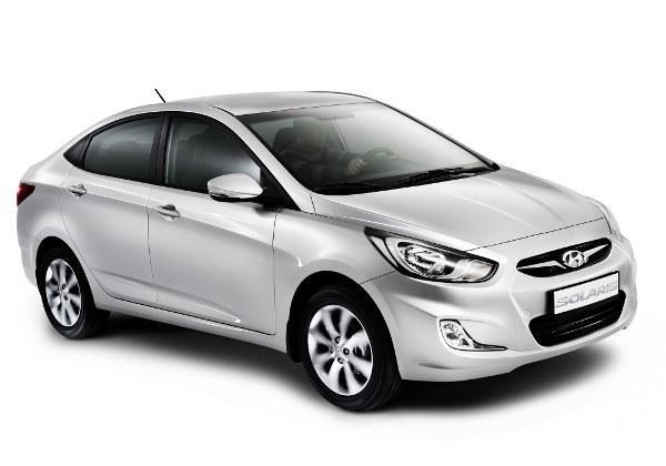 Серебристый седан Hyundai Solaris, вид спереди