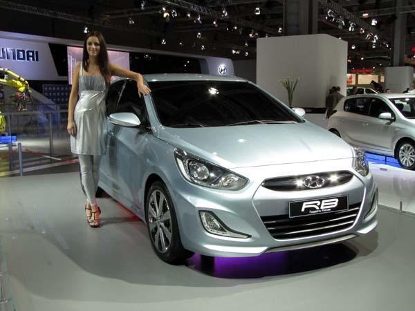Серебристый седан Hyundai Solaris вид спереди