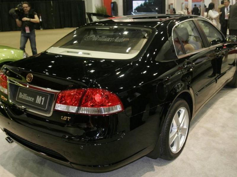 Черный Brilliance M1, вид сзади седан
