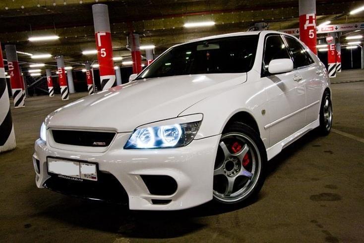 Белый Toyota Altezza вид спереди, тюнинг