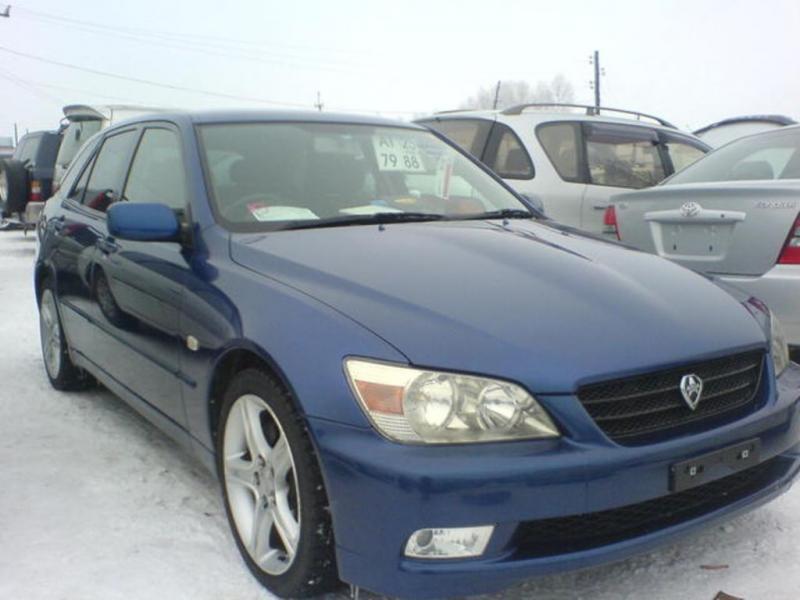 Синий Toyota Altezza Wagon вид спереди