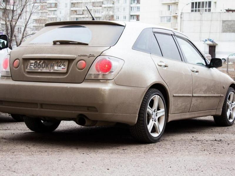 Серебристый Toyota Altezza Wagon вид сзади