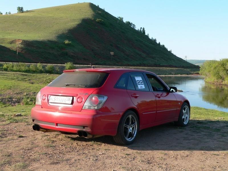 Красный Toyota Altezza Wagon вид сзади