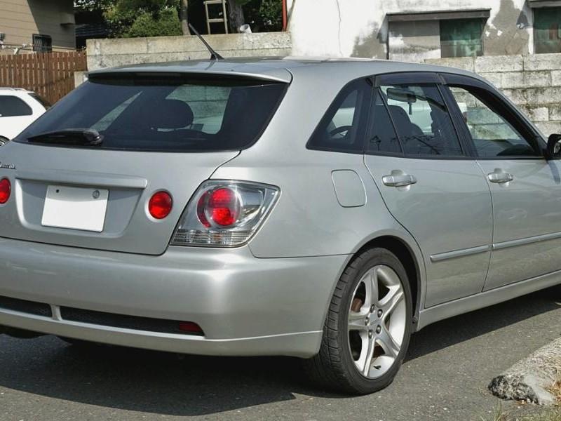 Серебристый Toyota Altezza Wagon, вид спереди