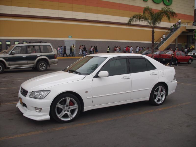 Белый седан Toyota Altezza вид сбоку