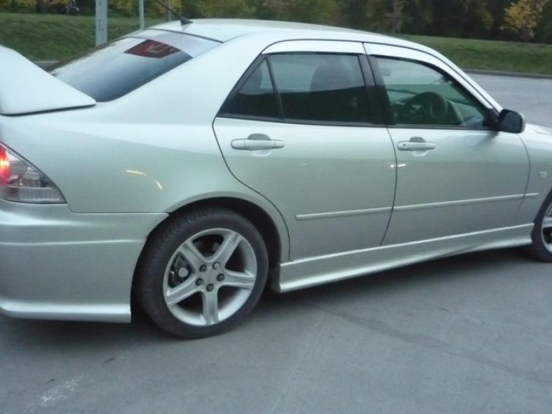Серебристый седан Toyota Altezza, вид сбоку тюнинг