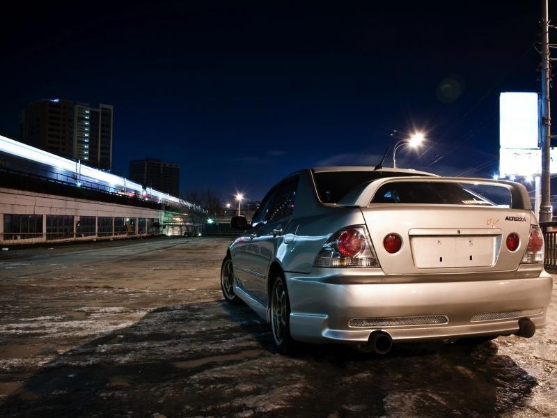Серебристый Toyota Altezza вид сзади, тюнинг