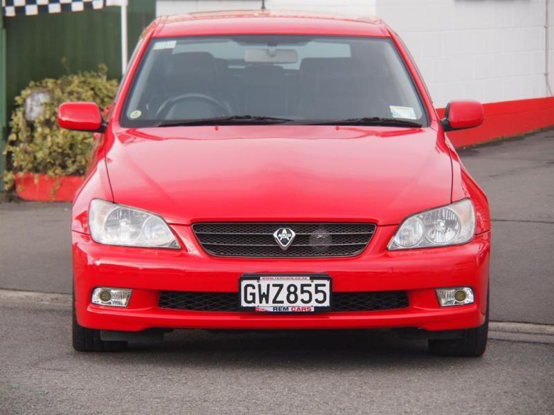 Красный Toyota Altezza Wagon вид спереди