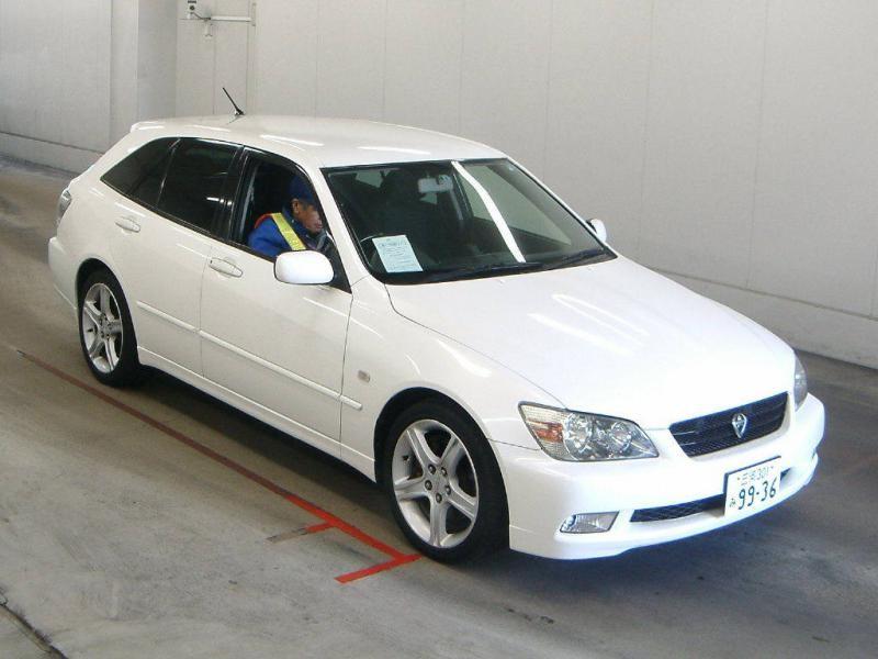Белый Toyota Altezza Wagon