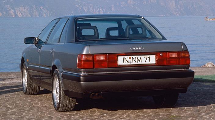 Серебристый Audi V8 вид сзади