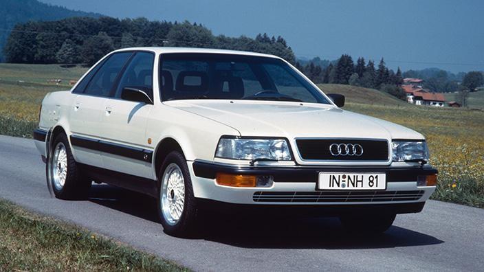 Белый Audi V8 вид спереди