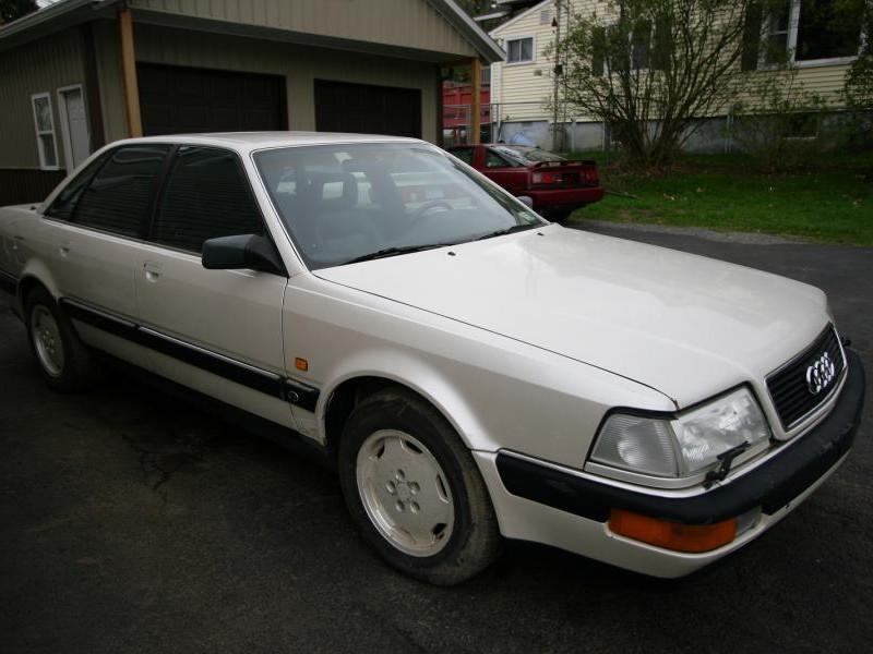 Белый седан Audi V8 вид сбоку