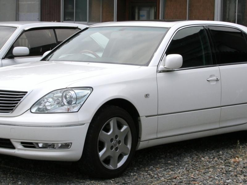 Белый седан Toyota Celsior вид сбоку