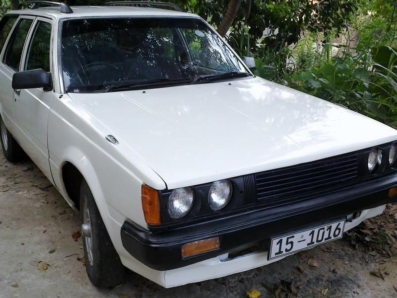 Белый универсал Toyota Carina Wagon вид спереди