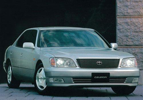 Серебристый седан Toyota Celsior вид спереди
