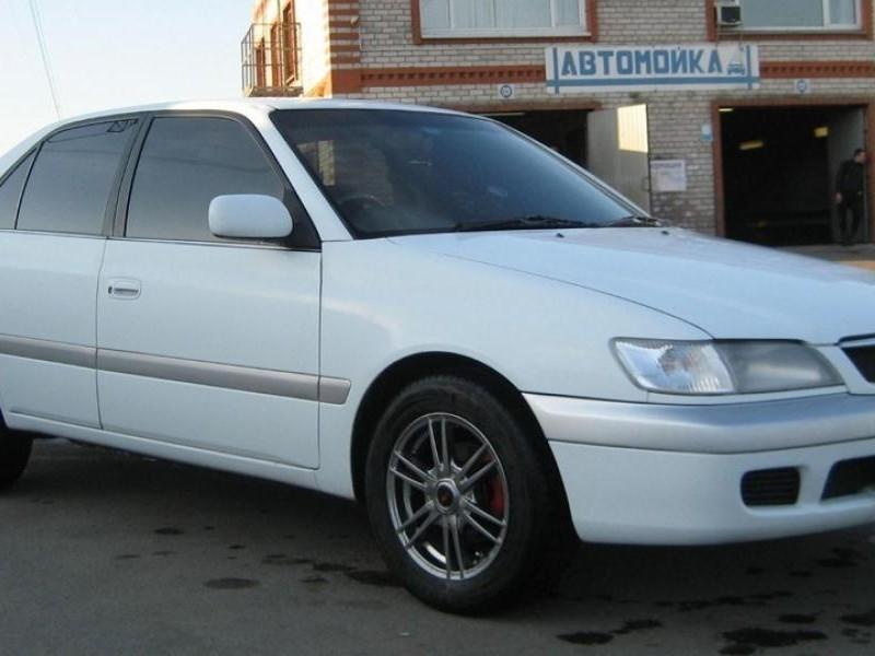 Белый седан Toyota Corona Premio