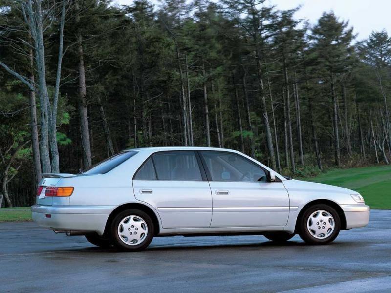 Седан Toyota Corona Premio вид сбоку