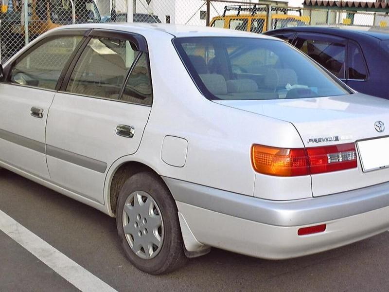 Серебристый седан Toyota Corona Premio вид сзади