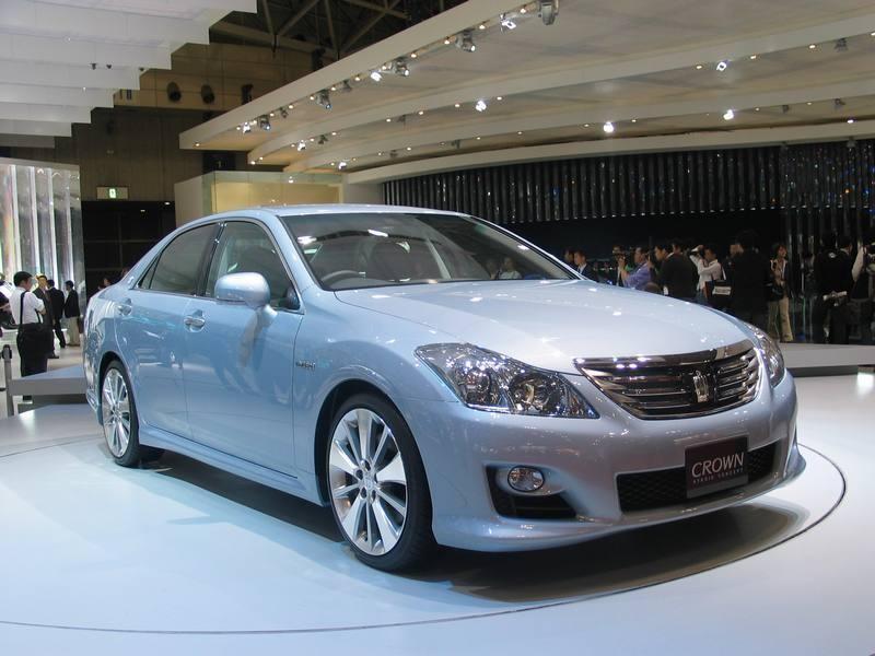 Седан Toyota Crown Hybrid