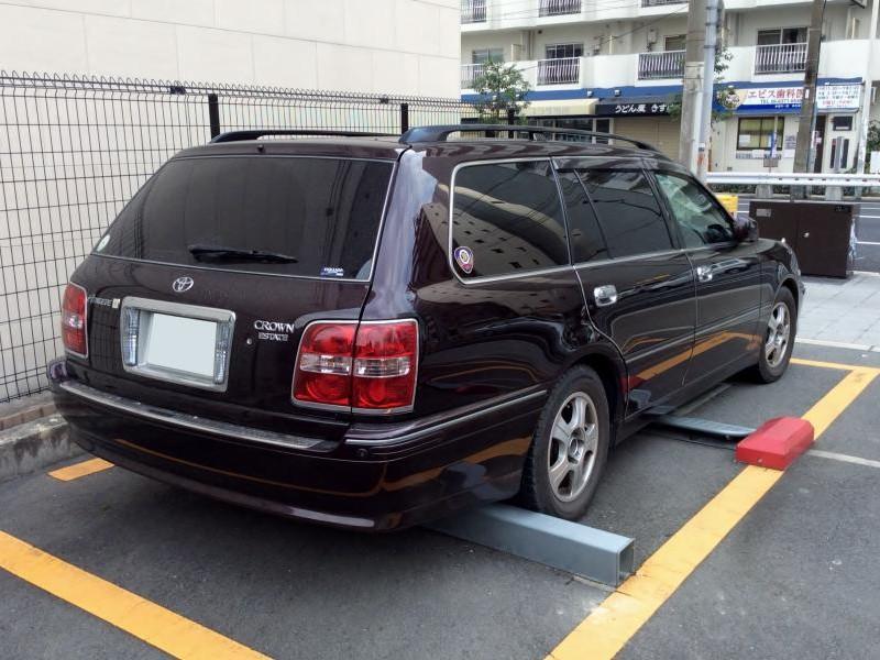 Черный Toyota Crown Estate вид сзади